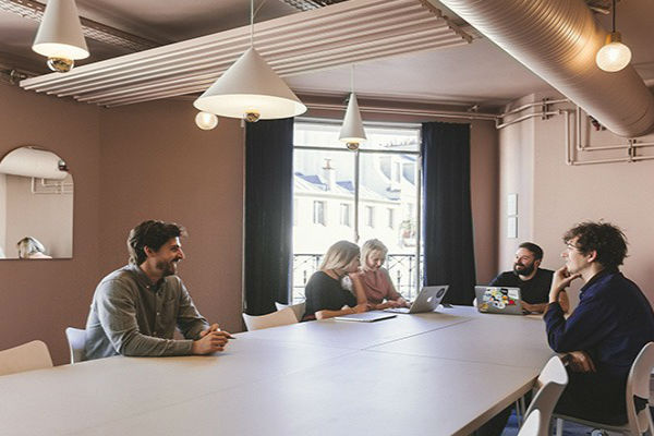 Un grand espace est réservé à toute l'équipe pour ses réunions